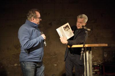 """Gockel als Buchfink im Dialog mit Dr. Peter Ufer, zur Buchvorstellung """"100 Jahre Bergfinken"""" am 16.01.2020 im Dresdener Bärenzwinger"""